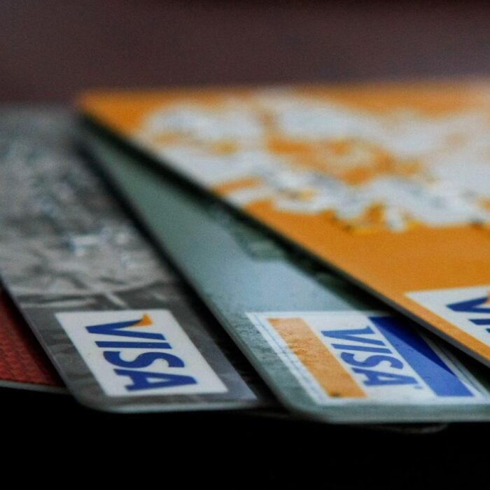 Bancos en EE.UU. buscan hacer más fácil obtener una tarjeta de crédito